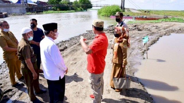 Plt Gubernur Sulsel Andi Sudirman Sulaiman, meninjau progres pembangunan Jembatan Malake di Wette'e, Kecamatan Panca Lautang, Kabupaten Sidrap, Selasa (8/6/2021).