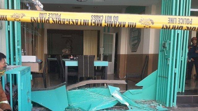 Kondisi Restoran Sogogi, Jalan Pengayoman, Makassar, yang rusak diduga akibat ledakan tabung gas, Rabu (2/6/2021). (int)