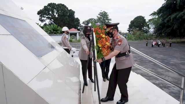 Kapolda Sulsel Irjen Pol Merdisyam saat ziarah ke TMP Panaikang, Selasa (29/6/2021).