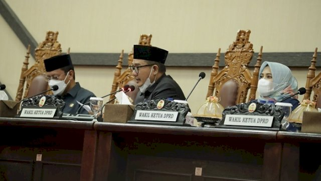 Wakil Ketua DPRD Makassar Adi Rasyid Ali saat memimpin rapat paripurna didampingi Andi Suhada Sappaile beserta Sekretaris Daerah Kota Makassar Ir. M. Ansar.