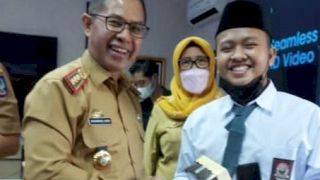 Kadisdik Sulsel, Prof Muhammad Djufri tidak mengenakan masker saat bersalaman dengan siswa baru.