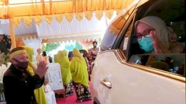 """Bupati Luwu Utara, Indah Putri Indriani saat menghadiri pernikahan """"Drive Thru""""."""