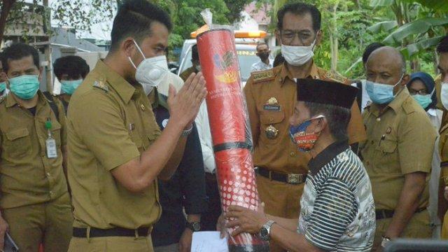 Bupati Sinjai Serahkan Bantuan kepada Korban Banjir dan Longsor