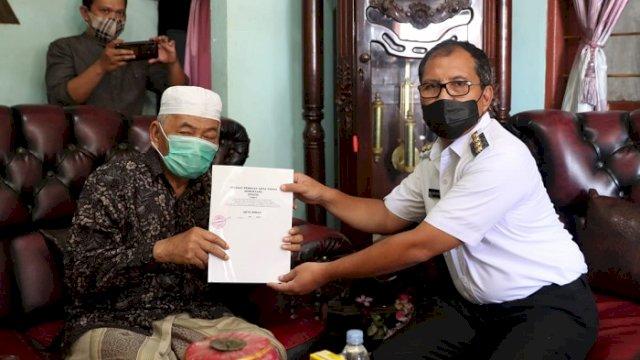 Pemerintah Kota Makassar mendapatkan tanah hibah dari H Idris yang diterima langsung Walikota Makassar, Moh. Ramdhan 'Danny' Pomanto, di kediaman pribadi H Idris di Maccopa Maros, Rabu (7/7/2021).