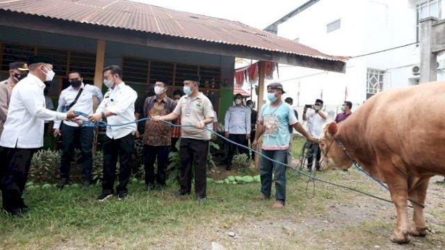 Mentan SYL Serahkan Sapi Kurban di Gowa, Beratnya 500 Kg