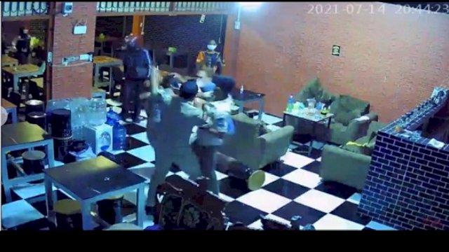 Keributan terjadi antara petugas Satpol PP dan pemilik warkop di Gowa. (int)
