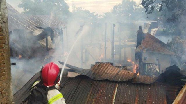 Rumah Warga Bulurokeng Terbakar, 5 Mobil Damkar Dikerahkan