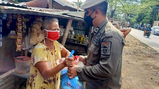 Satpol PP Makassar Bagikan Paket Bahan Pokok untuk Pedagang Kaki Lima