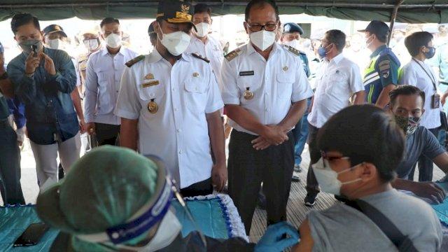 Sopir Truk hingga Buruh Pelabuhan Makassar Disuntik Vaksin