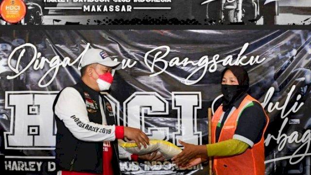 Peringati HUT RI ke-76, HDCI Makassar Bagikan 7 Ton Beras ke Warga Terdampak Covid-19