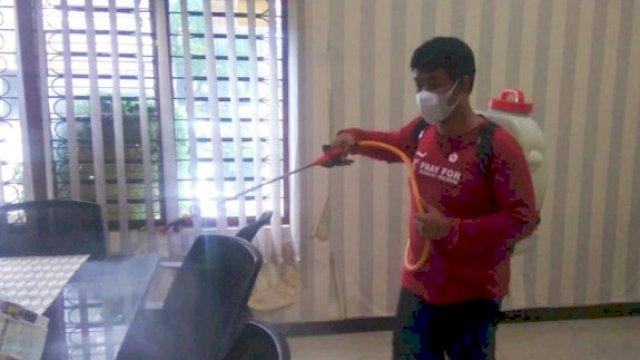 Cegah Penularan Covid 19, Kantor Perumda Parkir Makassar Disemprot Disinfektan