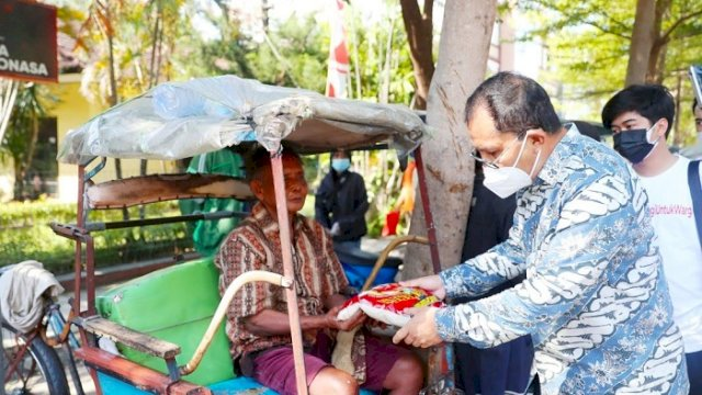 Walikota Makassar, Moh. Ramdhan 'Danny' Pomanto membagikan langsung bantuan sembako ke warga.