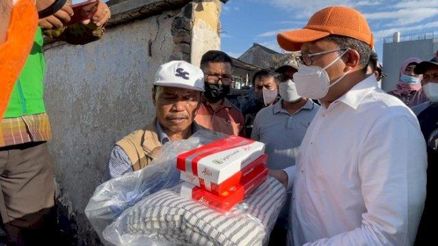 Walikota Makassar Danny Pomanto menyerahkan bantuan untuk korban kebakaran di Jalan Muh Tahir Kelurahan Jongaya Kecamatan Tamalate, Rabu (11/8/2021).