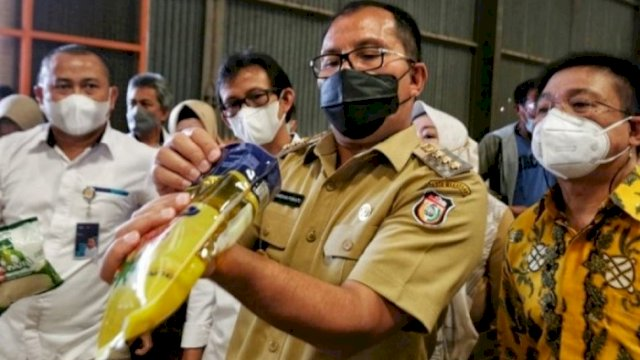 Walikota Makassar Moh Ramdhan 'Danny' Pomanto meninjau langsung pengisian paket bansos yang akan dibagikan ke warga tersebut di Gedung Bulog Makassar, Jalan Urip Sumoharjo, Senin (23/8/2021). (int)