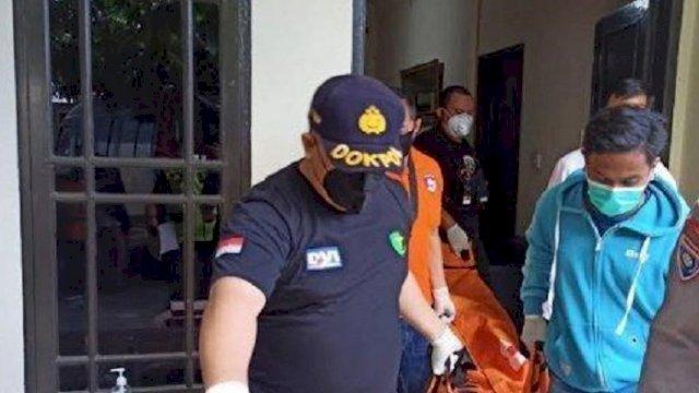 Seorang hakim ditemukan meninggal di kamar kosnya. Jenazah korban kemudian dibawa ke RS Bhayangkara Makassar. (int)