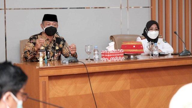 Wakil Bupati Gowa H Abd Rauf Malaganni saat memimpin rapat persiapan vaksinasi bersama Pj Sekda Gowa Kamsina dan para pimpinan SKPD terkait lingkup Pemkab Gowa, di Ruang Rapat Wakil Bupati Gowa, Rabu (25/8/2021).