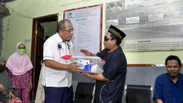 Ilham Arief Sirajuddin saat menyerahkan bantuan.