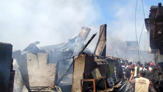 Kebakaran di kawasan permukiman padat penduduk, Kampung Lepping, Jalan Muhammad Tahir, Kelurahan Jongaya, Kecamatan Tamalate, Kota Makassar, Rabu (11/8/2021), menghanguskan sekitar 110 rumah warga. (int)