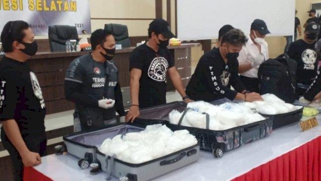 Polisi menunjukkan barang bukti narkoba saat jumpa pers di Mapolda Sulsel, Selasa (31/8/2021). (int)