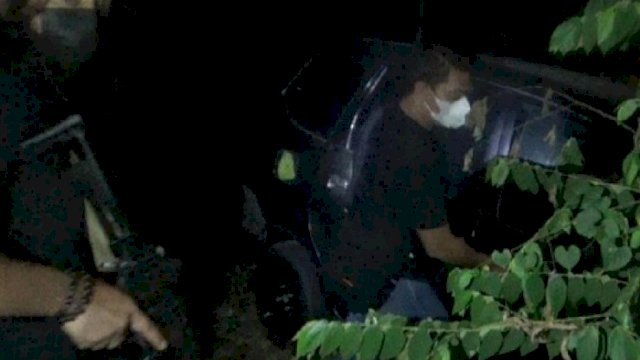 Polisi menemukan mobil taksi online yang sebelumnya sempat dibawa oleh pelaku pembegalan. Mobil ditemukan di sebuah hutan sekitar jembatan Barombong, Makassar. (int)