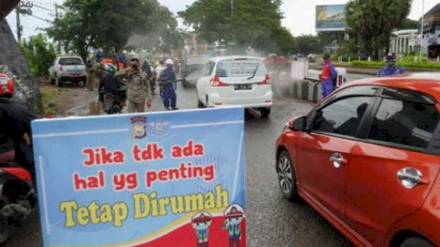 Ilustrasi: Pengendara yang masuk Kota Makassar menjalani pemeriksaan. (int)