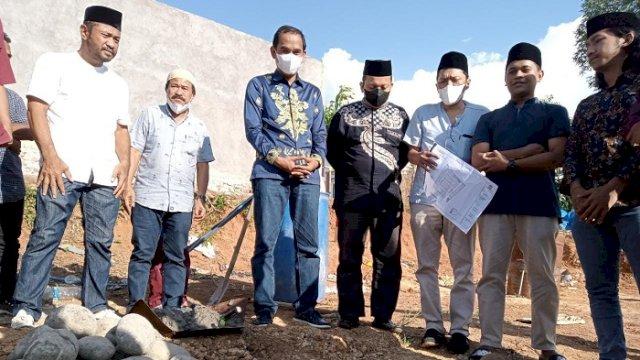 Pembina Yayasan Anak Rakyat Indonesia (YARI) Rudianto Lallo, didampingi Direktut PT Bonto Karannuang Abadi, Jufri Pabe melakukan peletakan batu pertama pembangunan perumahan anak rakyat, Jumat (20/8/2021).