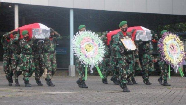 Dua jenazah prajurit TNI asal Sulsel yang gugur di Maybrat, Papua Barat, tiba di Bandar Sultan Hasanuddin, Makassar, Jumat (3/9/2021) sore. (int)