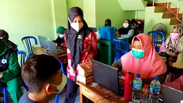 Wakil Ketua DPRD Makassar, Andi Suhada Sappaile memantau pelaksanaan vaksinasi, di Maccini Raya, Sabtu (25/9/2021).