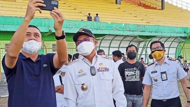 CEO PSM Makassar, Munafri Arifuddin dan Walikota Parepare Taufan Pawe Appi saat mengunjungi Stadion Gelora BJ Habibie, Kota Parepare, Rabu (8/9/2021).