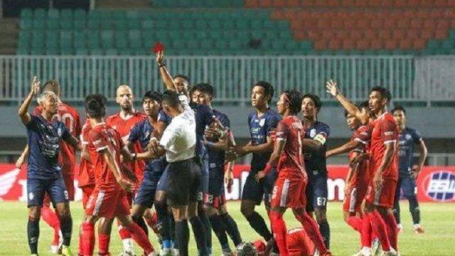 Sempat diwarnai kartu merah, laga perdana PSM vs Arema FC berakhir imbang 1-1. Pertandingan berlangsung di Stadion Pakansari, Cibinong, Bogor, Minggu (5/9/2021). (int)