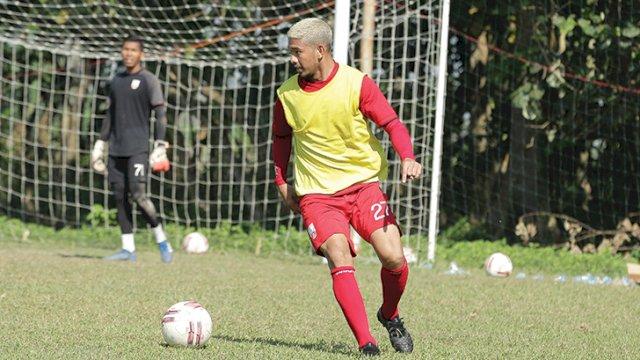 Back kiri Persis Solo Zikri Akbar saat berlatih di Stadion UNS Solo, beberapa waktu lalu. Zikri Akbar dipinjamkan ke PSM Makassar. (OFISIAL PERSIS SOLO)
