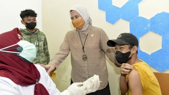Anggota DPR RI Aliyah Mustika Ilham menghadiri giat vaksinasi di Universitas DIPA (Undipa) Makassar, Sabtu (25/9/2021).