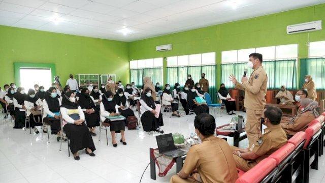 Bupati Gowa Adnan Purichta Ichsan memberikan semangat kepada para peserta seleksi kompetensi bagi PPPK fungsional guru lingkup Pemkab Gowa, Senin (13/9/2021).