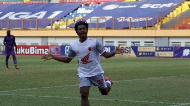 Pemain PSM Ilham Udin Armaiyn menciptakan gol kemenangan untuk timnya saat melawan Persik Kediri. (int)