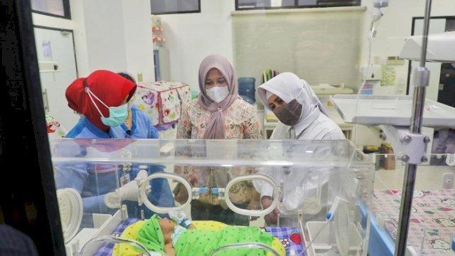 Wawali dan Ketua PKK Kota Makassar Jenguk Bayi Laki-laki yang Ditemukan di Bajiminasa