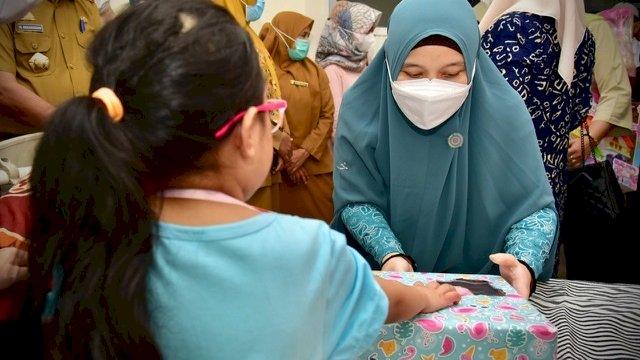 Jenguk Anak Korban Penganiayaan di Gowa, Naoemi Bawakan Hadiah Sepeda hingga Boneka