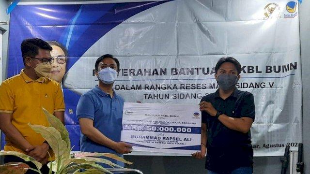 Anggota DPR dari Fraksi NasDem Dapil Sulsel I, M Rapsel Ali, menyalurkan bantuan secara simbolis di Kopi Batas Kota, Jalan Syekh Yusuf, Katangka, Selasa (28/9/2021).