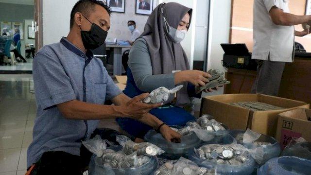 Beli Mobil Pakai Uang Koin, Pedagang di Makassar Bawa 9 Galon Berisi Recehan 2 Ribuan
