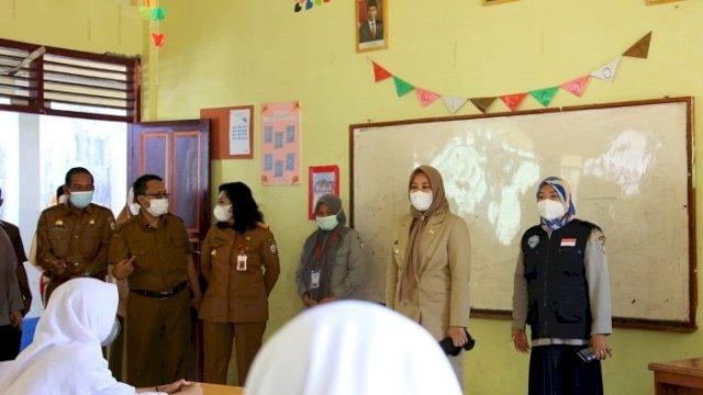Tinjau Proses PTM SMPN 44 Lakkang, Fatmawati Rusdi: Harus Selalu Pakai Masker