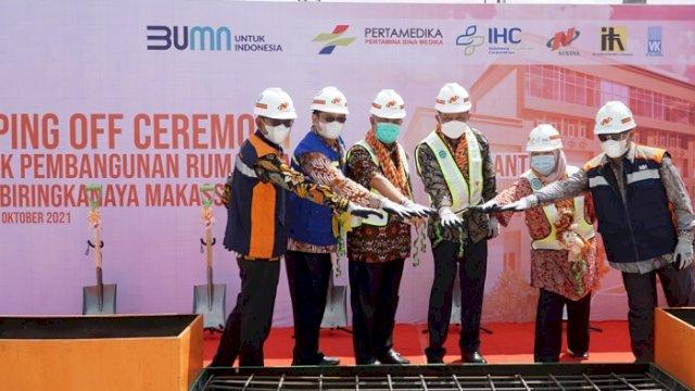 Kegiatan topping off proyek Rumah Sakit Khusus Otak dan Jantung (RSKOJ) Royal Biringkanaya milik PT Pertamina Bina Medika IHC, Jumat (1/10/2021).