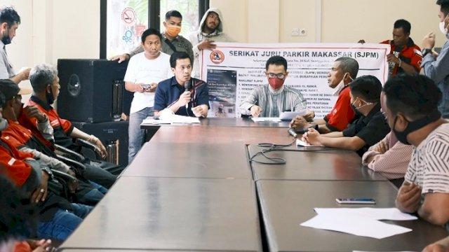 Sejumlah juru parkir yang tergabung dalam Serikat Juru Parkir Makassar (SJPM) mendatangi gedung DPRD Makassar, Senin (12/10/2021).