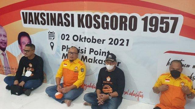 Ketua PDK DPD Kosgoro 1957 Sulsel Haris Yasin Limpo bersama panitia vaksinasi di Pipo, Sabtu (2/10/2021).