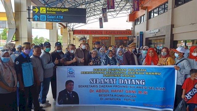 Sekda Provinsi Sulsel, Abdul Hayat Gani, tiba di bandara internasional Sentani Jayapura, dan disambut Kerukunan Keluarga Daerah Barru (KKDB), Kamis (14/10/2021).