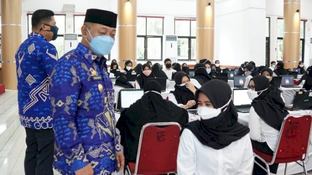 Wakil Bupati (Wabup) Gowa, H Abd Rauf Malaganni meninjau langsung tes seleksi CPNS di Baruga Karaeng Galesong, Kantor Bupati Gowa, Jumat (8/10/2021). Wabup juga memberikan semangat kepada para peserta.